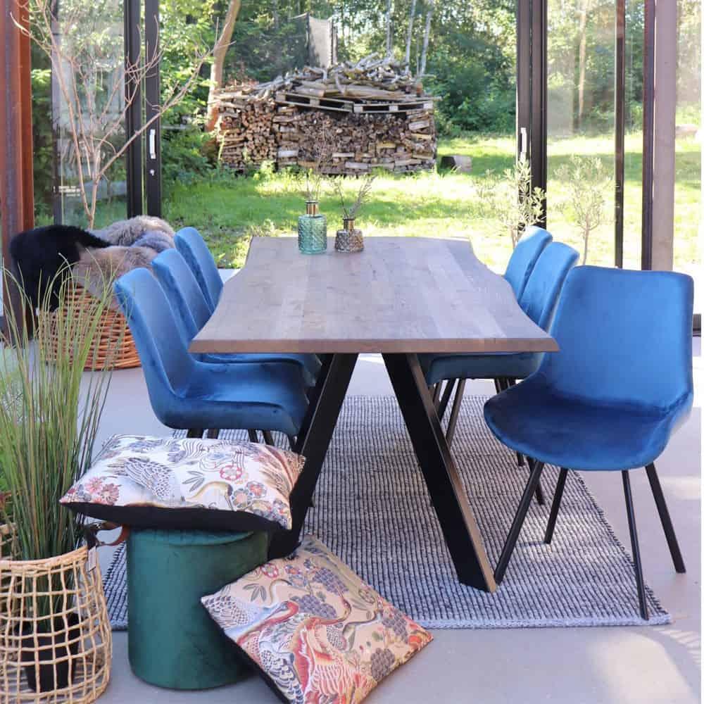 Drammen stol i blå velour med sorte ben