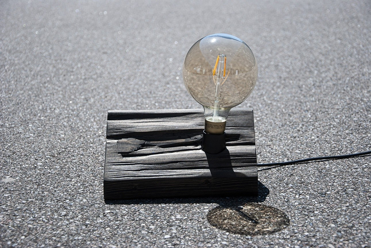 Lampe med fyrretræsfod