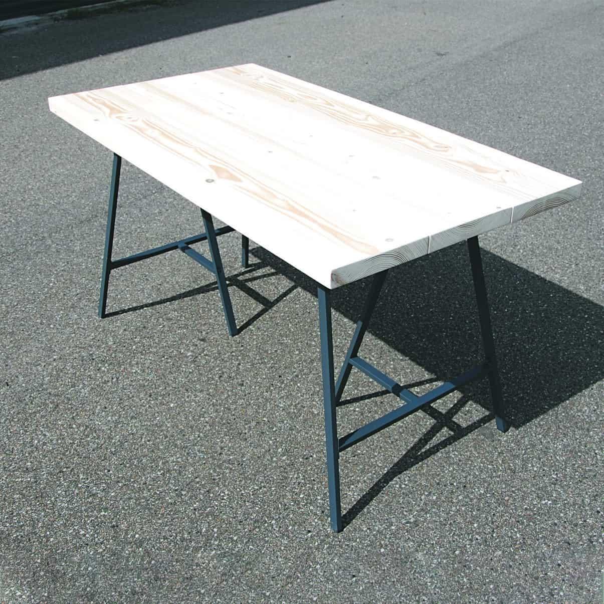 Lyst skrivebord, plankebord